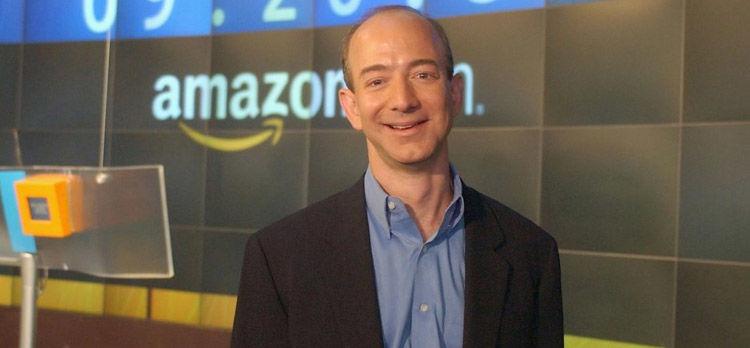 Jeff Bezos en el fondo del logotipo de Amazon